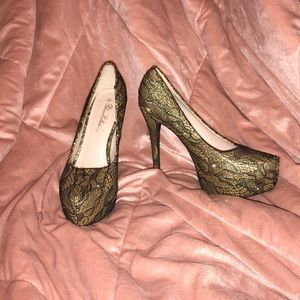 De Blossom Collection Gold & Black 5 1/2 Inch Heel